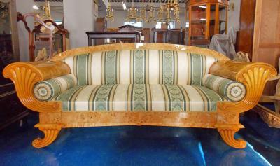 Современная реплика старинного дивана