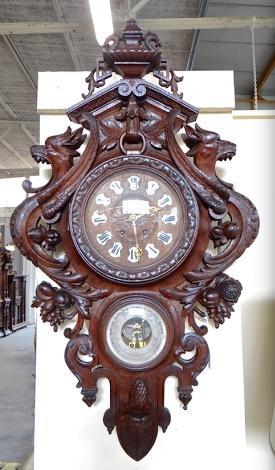 Настенные часы  в деревянном резном корпусе.