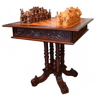 Авторский стол для шахмат с резными фигурами.