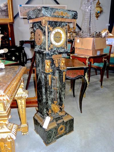 Часы в мраморном постаменте