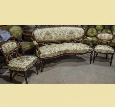 Дореволюционный диван с двумя стульями