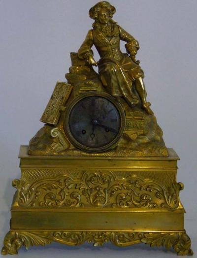 Позолоченные французские каминные часы с юношей