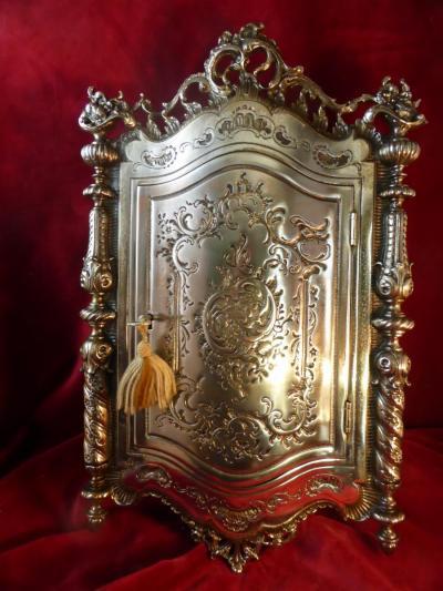 Серебряная ключница в стиле рококо