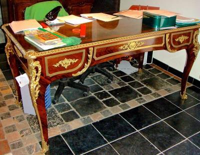 Письменный стол в стиле рококо