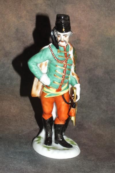 Военный с саблей в зеленом мундире
