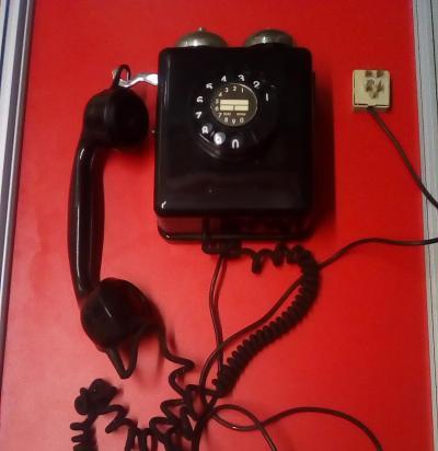 Редкий телефон в металлическом корпусе