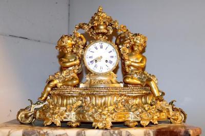 Часы с путти в гирляндах
