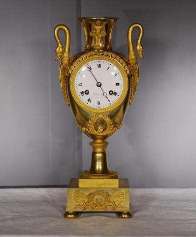 Часы с лебедями