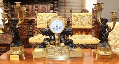 Часы с путти-силачами