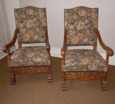 Парные кресла с цветочной обивкой