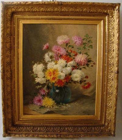 Хризантемы в круглой вазе