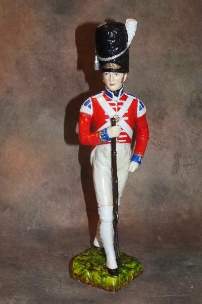 Солдат в красном мундире с ружьем