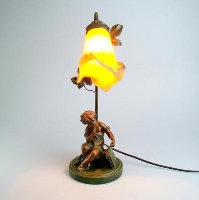 Настольная лампа с фигуркой мальчика
