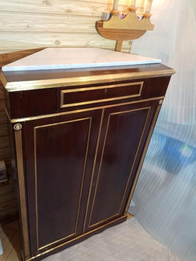 Шкафчик с двумя столами