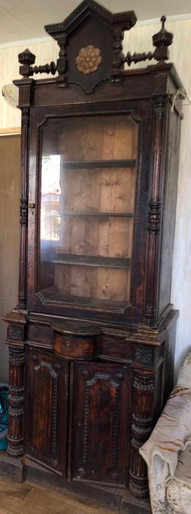 Шкаф-витрина из красного дерева