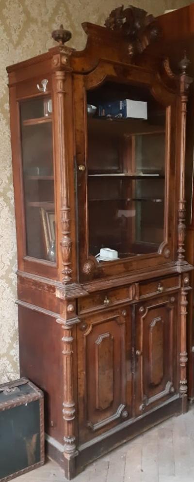 Шкаф-витрина из карельской березы