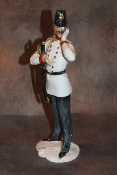 Офицер в белом мундире