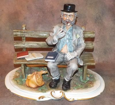 Мужчина с сигарой на скамейке