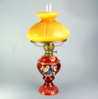 Керосиновая лампа с желтым плафоном