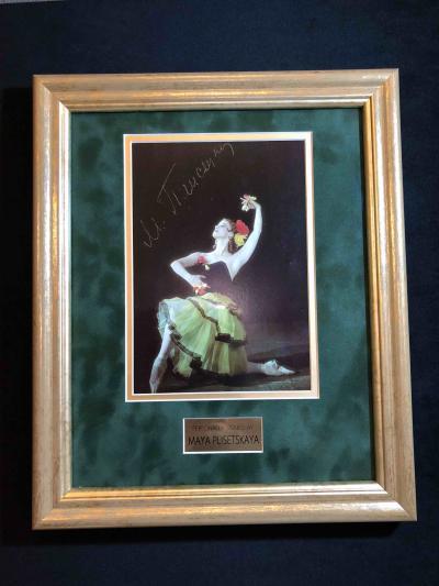 Цветное фото с автографом Майи Плисецкой