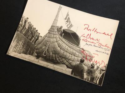 Фотография корабля с автографами / Тур Хейердал