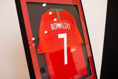 Футболка классической  сборной Португалии с автографом