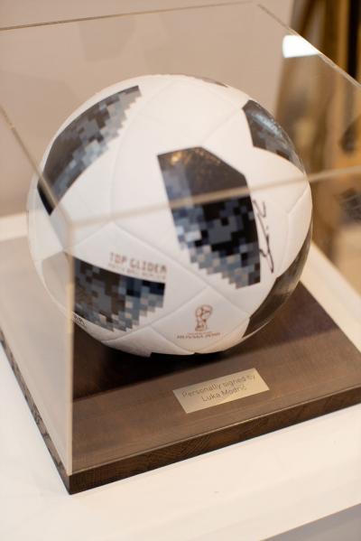 Мяч с автографом Луки Модрича