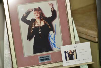 Фото с автографом Мадонны