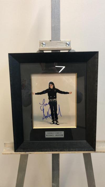 Фото с автографом Майкла Джексона