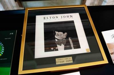Пластинка с автографом Элтона Джона