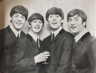 Фотография с автографами всей группы The Beatles (Биттлз)