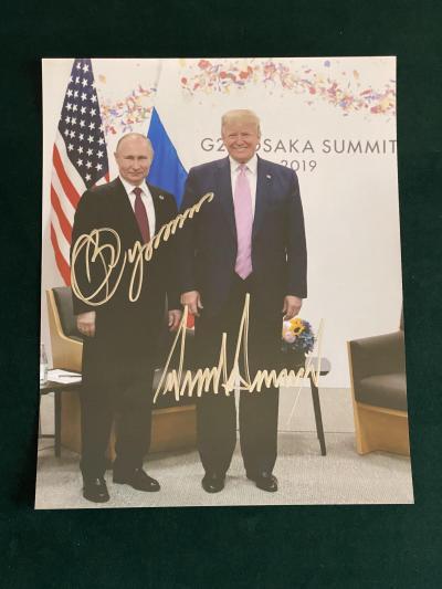 Владимир Путин и Дональд Трамп / Фото с 2-мя автографами