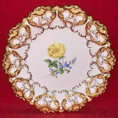 Тарелка с золотым узором