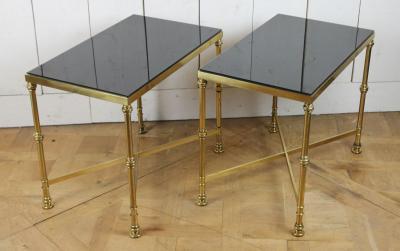 Пара придиванных столиков