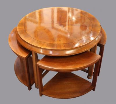 Кофейный столик с четырьмя табуретами