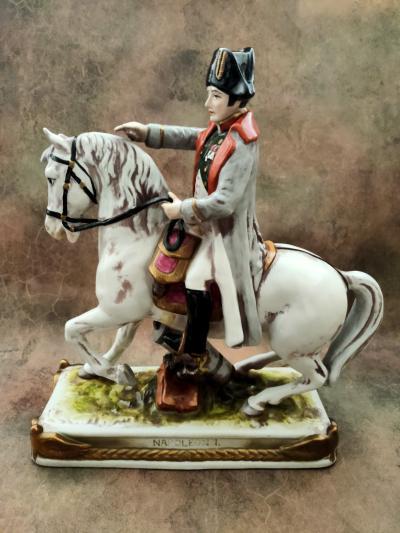 Полководец Наполеон на коне