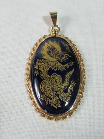 Медальон с драконом в золотой оправе