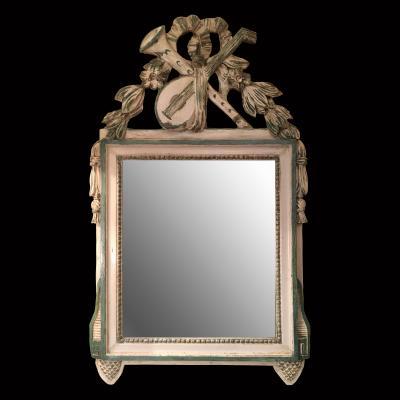 Зеркало в деревянной резной раме с изображением флейты и мандолины