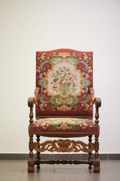 Кресло с гобеленовой обивкой