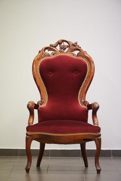 Кресло из массива красного дерева