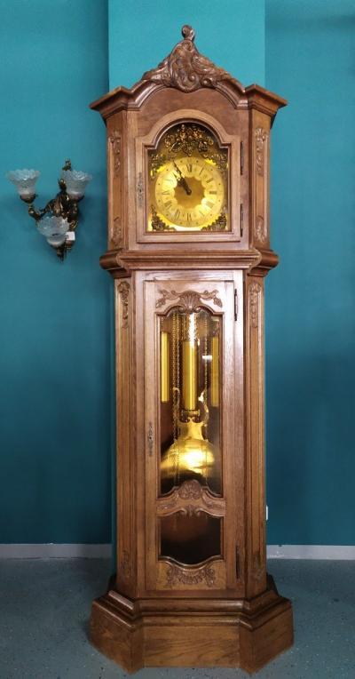Напольные часы в деревянном корпусе