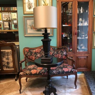 Большая интерьерная лампа с основанием в виде ножки от старинного рояля