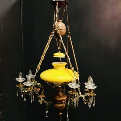 Люстра с желтым плафоном начала XX века