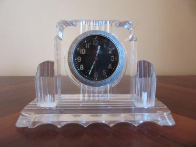 Часы из плексигласа