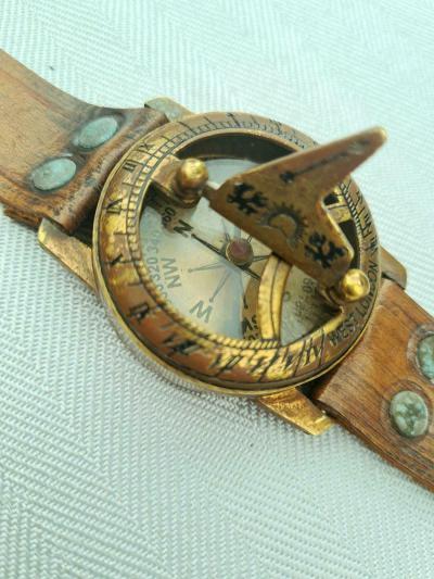 Наручные солнечные часы c компасом