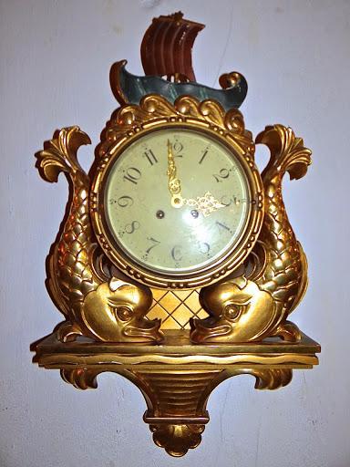 Часы с художественной резьбой