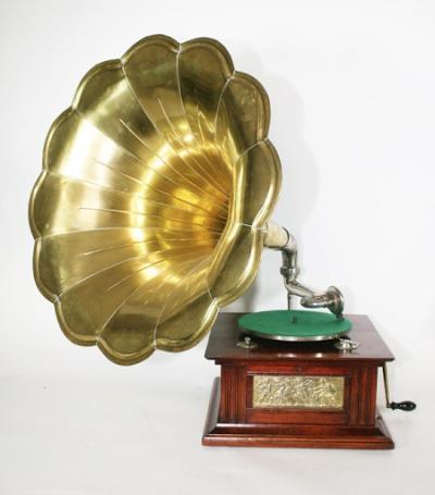 Граммофон с латунной трубой