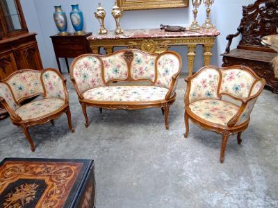 Диванчик и два кресла.