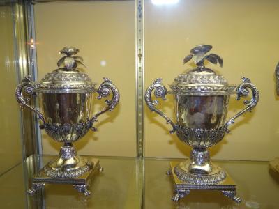 Две вазы.